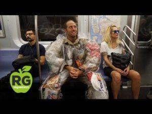 Aktivista nosí odpadky, které sám vytvořil