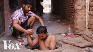Těžký život čističů kanálů v Indii